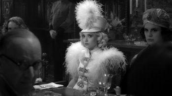 En esta imagen proporcionada por Netflix, Amanda Seyfried en una escena de Mank. Seyfried está nominada al Globo de Oro como mejor actriz de reparto por su papel en Mank de David Fincher.