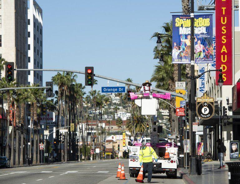 Trabajadores cambian un póster en el famoso Boulevard de Hollywood