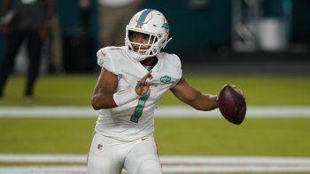El quarterback de los Dolphins de Miami, Tua Tagovailoa, busca a quien pasar el balón durante la segunda mitad del juego de la NFL contra los Jets de Nueva York, el domingo 18 de octubre de 2020, en Miami Gardens, Florida
