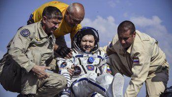 Un equipo de rescate de la agencia espacial de Rusia ayuda al cosmonauta ruso Оleg Kononenko (centro) a salir de la cápsula poco después de aterrizar en la soyuz MS-11 a 150 km (80 millas), procedente de la Estación Espacial Internacional.