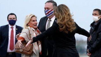El secretario de Estado estadounidense Mike Pompeo, centro, y su esposa Susan, derecha, saludan a la embajadora de Estados Unidos en Francia, Jamie McCourt, en el aeropuerto parisino de Le Bourget, sábado 14 de noviembre de 2020. Pompeo inició una gira de 10 días por Europa y Medio Oriente.