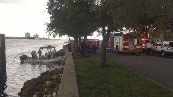 A consecuencia del impacto, el hombre salió despedido de la embarcación y la mujer, desorientada por el choque, saltó al agua en lugar de apagar el motor.