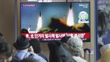 Fotografía de archivo del 4 de mayo de 2019 con imágenes de un lanzamiento de misiles de Corea del Norte transmitidas por un programa noticioso en una televisión instalada en una estación ferroviaria en Seúl.