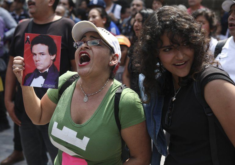 """Admiradores reunidos para rendir homenaje al cantante mexicano José José con un karaoke en la Ciudad de México el viernes 4 de octubre de 2019. El llamado """"Príncipe de la canción"""" falleció el sábado 28 de septiembre en Miami a los 71 años."""