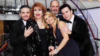 En esta imagen tomada del perfil oficial en Instagram del cantautor José Cantoral, Itatí Zucchi de Cantoral e Itatí Cantoral, junto a la familia.