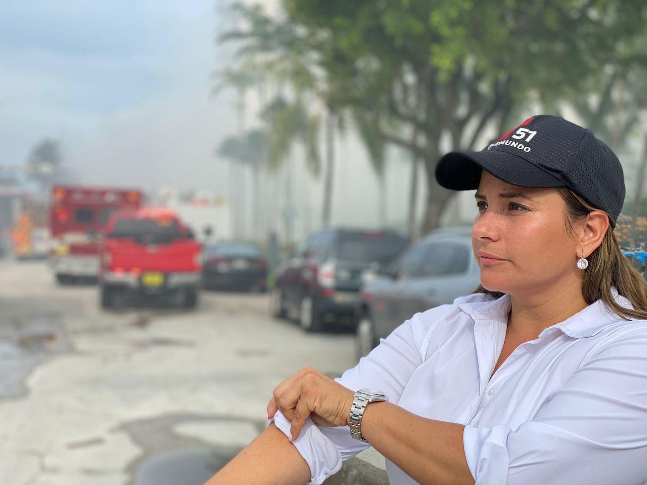 La periodista Leana Astorga durante la cobertura del colapso del edificio en Surfside, Florida.