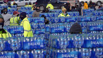 Miles de botellas de agua en un sitio de distribución de la ciudad de Houston en esta fotografía del viernes 19 de febrero de 2021. El sitio de autoservicio se instaló para proporcionar agua potable a las personas que la necesiten luego de que la ciudad pidió hervir el agua para beber debido a tuberías congeladas o rotas.