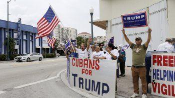 En esta fotografía de archivo del 28 de octubre de 2016, los cubanos-estadounidenses corean consignas pro-Trump mientras muestran su apoyo al candidato presidencial republicano Donald Trump, en Miami.