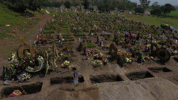 Trabajadores excavan nuevas tumbas el 24 de septiembre de 2020 en una sección del Cementerio Municipal del Valle de Chalco _en las afueras de la Ciudad de México_ que se abrió en los primeros días de la pandemia de coronavirus para dar cabida al incremento en el número de muertos.