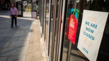 Un letrero en la ventana de un punto de venta de alimentos de León alerta a los clientes que la tienda ha cerrado temporalmente debido al COVID-19, en Londres el 12 de agosto de 2020.