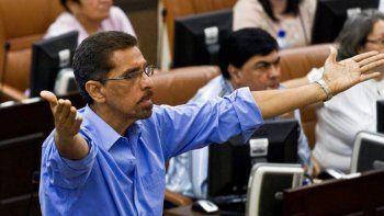 En esta fotografía de archivo del 28 de enero de 2014, el legislador opositor Víctor Hugo Tinoco, del Movimiento Renovador Sandinista (MRS), hace un gesto antes de que la Asamblea Nacional vote para enmendar la constitución de Nicaragua para incluir la eliminación de los límites al mandato presidencial en Managua. La policía nicaragüense arrestó a Tinoco elevando a 13 el número de opositores al gobierno del presidente Daniel Ortega encarcelados.