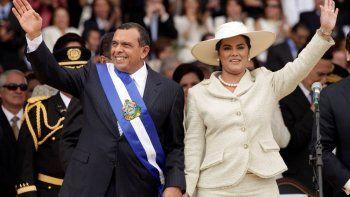 Fotografía de archivo del 27 de enero de 2010 del presidente de Honduras, Porfirio Lobo, y la primera dama Rosa Elena Bonilla después de que Lobo prestó juramento al cargo en Tegucigalpa.