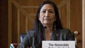 En esta foto del 23 de febrero del 2021, la representante demócrata Deb Haaland escucha durante una audiencia en la Comisión de Energía y Recursos Naturales del Senado sobre su nominación como secretaria del Interior.