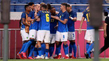 Los jugadores de Brasil celebran el segundo gol de Richarlison durante el partido de fútbol de primera ronda del grupo D masculino de los Juegos Olímpicos de Tokio 2020 contra Arabia Saudita