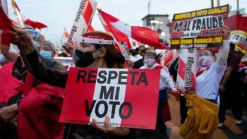 Simpatizantes tanto de Keiko Fujimori como de Pedro Castillo manifestaron el sábado 19 de junio en Lima, Perú,tras la disputada la segunda vuelta presidencial en Perú.