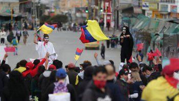 Manifestantes realizan una protesta antigubernamental provocada por aumentos de impuestos propuestos sobre los servicios públicos, el combustible, los salarios y las pensiones en Bogotá, Colombia, el viernes 28 de mayo de 2021.