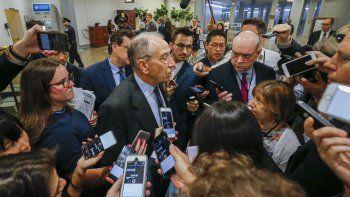 El senador republicano de Iowa,ChuckGrassley(c), habla con los medios en el capitolio de los Estados Unidos, en Washington, DC. El Senado de los Estados Unidos espera votar la nominación de Kavanaugh a la Corte Suprema.