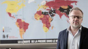Christophe Deloire, titular de Reporteros Sin Fronteras, muestra el mapa de la libertad de prensa mundial 2021 en París, martes 20 de abril de 2021. RSF denuncia un drástico deterioro de la libertad de prensa en el mundo desde el inicio de la pandemia.