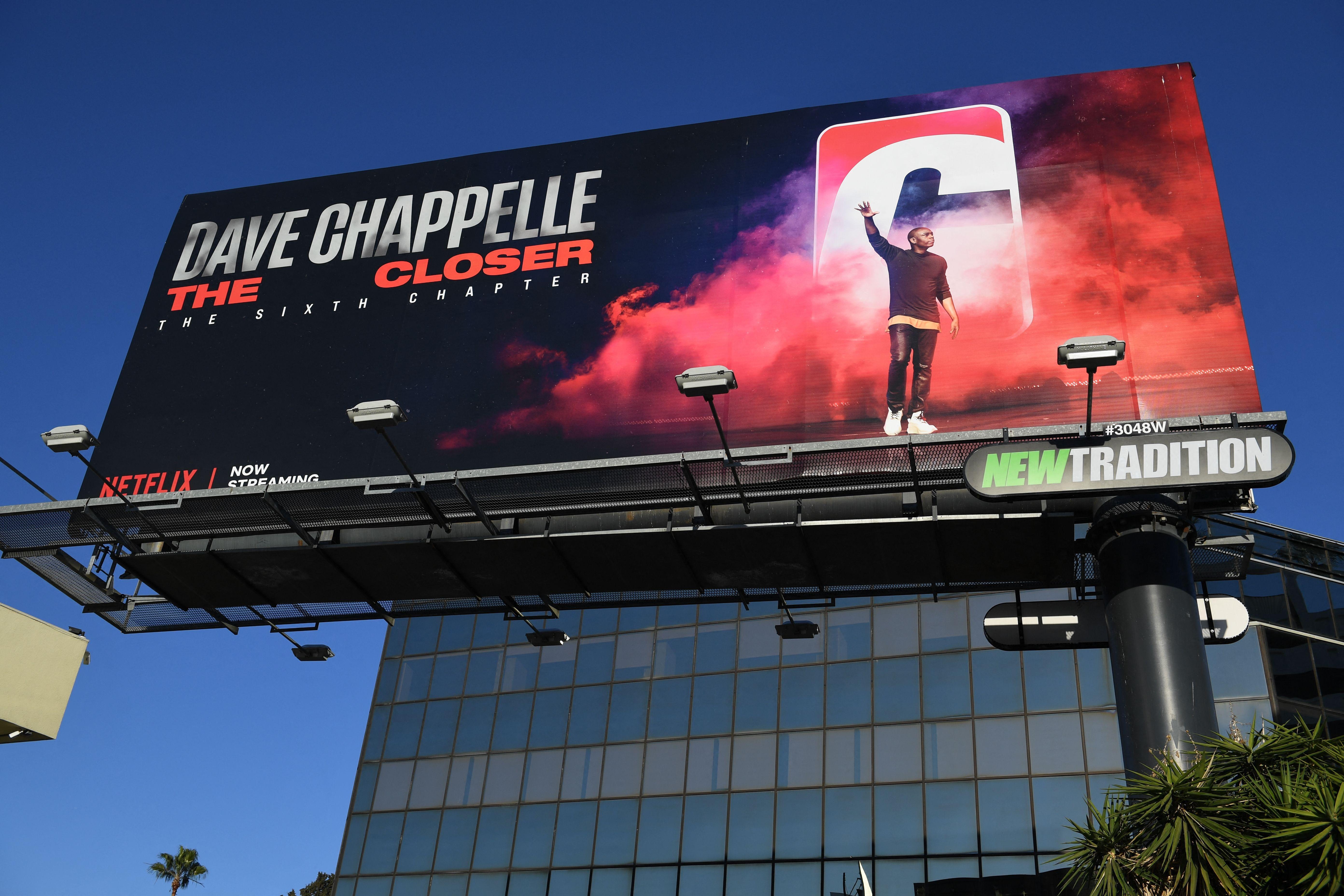 Un cartel para el especial de Dave Chappelle de Netflix The Closer se ve en Hollywood, California, el 12 de octubre de 2021.