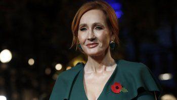 En esta foto de archivo del jueves 8 de noviembre de 2018, la escritora J.K. Rowling posa para los medios de comunicación en el estreno mundial de la película Animales fantásticos: Los crímenes de Grindelwald en París.