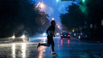 Un hombre cruza la calle durante fuertes lluvias y vientos mientras la tormenta tropical Eta se acerca al sur de Florida, en Miami, Florida el 8 de noviembre de 2020.