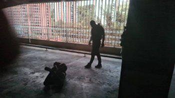 Presuntos funcionarios de las Fuerzas de Acciones Especiales (FAES) lanzan al suelo el chofer de la camioneta donde salía Juan Guaió dentro de su residencia.