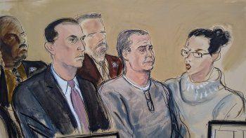En este boceto del tribunal, el abogado César de Castro, izquierda; el exsecreario de Seguridad Pública de México Genaro García Luna, centro, y una traductora, participan en una audiencia de lectura de cargos en la corte federal de Brooklyn el viernes 3 de enero de 2020.
