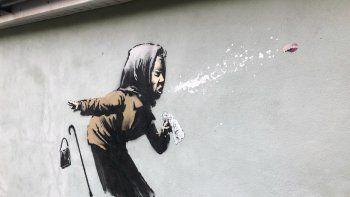 La pintura mural más reciente de Banksy, titulada ¡Aaachú! apareció en una pared en Bristol, Inglaterra, 10 de diciembre de 2020. El mural ha demorado los planes del propietario de vender la casa.