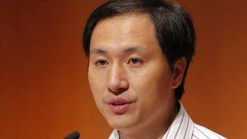 Fotografía de archivo del 28 de noviembre de 2018 de He Jiankui, un investigador chino, durante la Conferencia de Edición de Genoma Humano en Hong Kong, en donde afirmó haber asistido en el nacimiento de los primeros bebés modificados genéticamente.