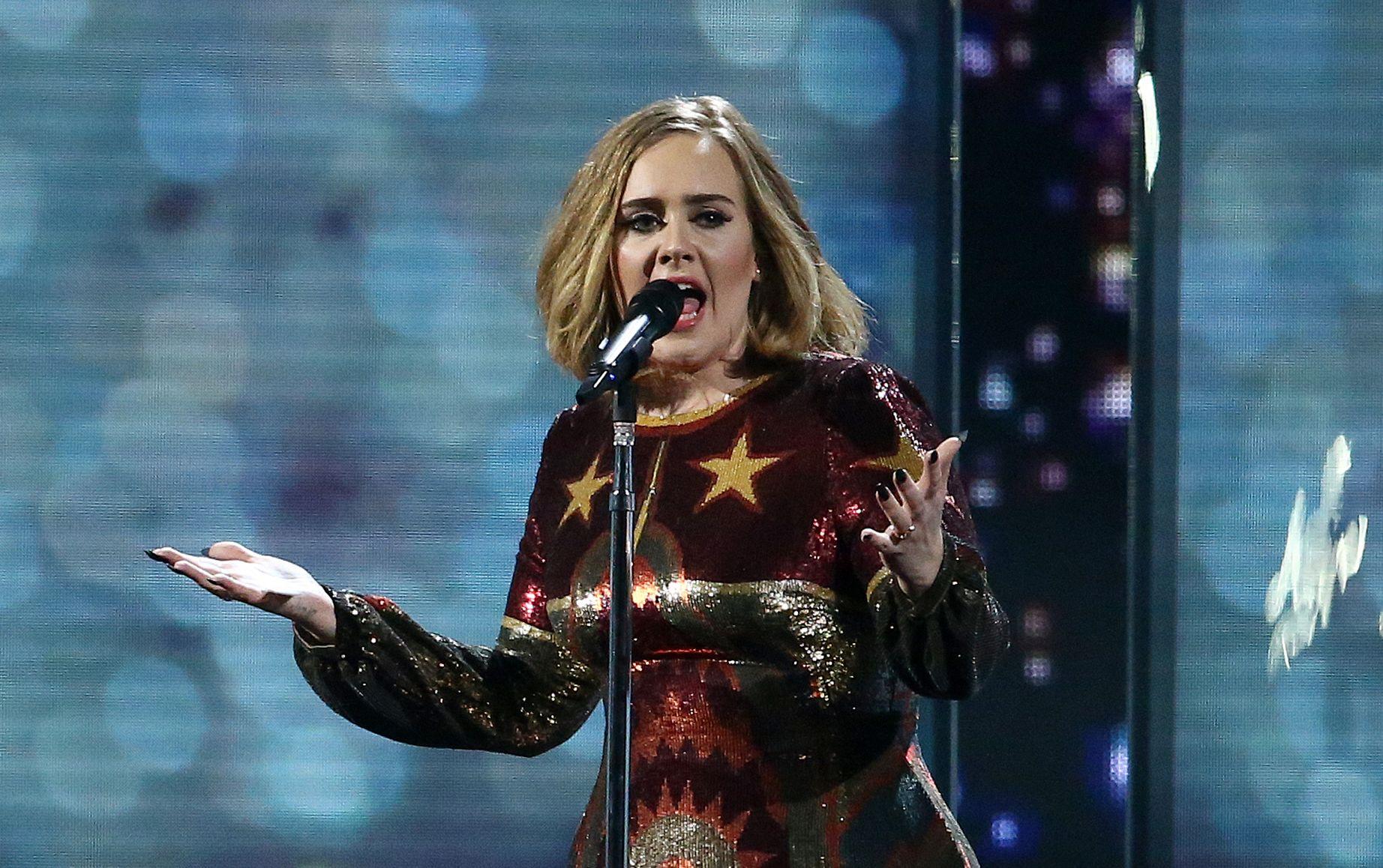 En esta foto de archivo tomada el 24 de febrero de 2016, la cantante británica Adele se presenta en el escenario durante los BRIT Awards 2016 en Londres el 24 de febrero de 2016.