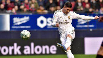 El serbio Luka Jovic anota el cuarto gol del Real Madrid durante un partido por la Liga española ante Osasuna, en el estadio El Sadar de Pamplona, España, el domingo 9 de febrero de 2020.