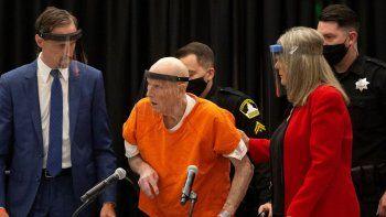 Joseph James DeAngelo, un asesino serial apodado The Golden State Killer, es asistido por su abogada Diane Howard en la corte en Sacramento, California. Foto de archivo del 29 de junio de 2020.
