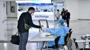 Un pasajero se somete a los nuevos protocolos de seguridad para detectar el COVID-19, que las autoridades están aplicando en aeropuertos de República Dominicana.