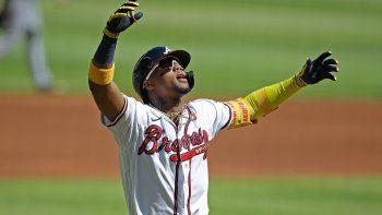 El venezolano Ronald Acuña Jr., de los Bravos de Atlanta, festeja luego de conectar un jonrón en el primer inning del encuentro ante los Piratas de Pittsburgh, el sábado 22 de mayo de 2021