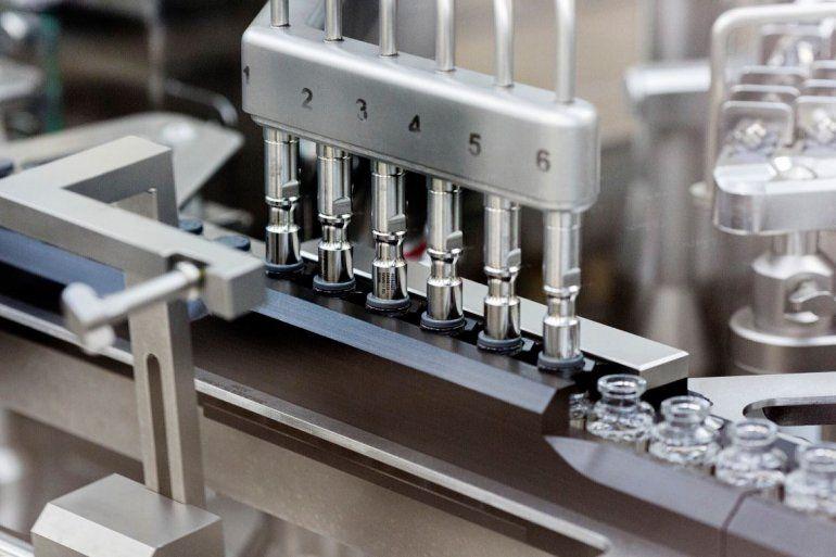 Tapones de goma son colocados en ampolletas del profármaco experimental remdesivir en la fábrica de Gilead en Estados Unidos. Marzo de 2020