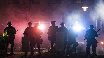 En esta foto del 14 de abril del 2021, policías despejan un área de manifestantes durante una protesta por la muerte a tiros de Daunte Wright en una parada de tráfico, en las afueras del departamento de policía de Brooklyn Center, Minnesota.