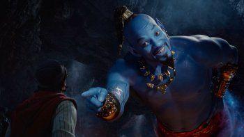 En esta imagen proporcionada por Disney Mena Massoud como Aladdín, izquierda, y Will Smith como el Genio en la adaptación con actores de la cinta animada de 1992 Aladdin.Un nuevo reporte señala que la industria ha mejorado en la diversidad de personajes, pero todavía se requieren más avances.