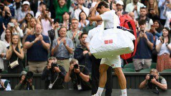 El suizo Roger Federer abandona la cancha después de perder ante el polaco Hubert Hurkacz durante su partido de cuartos de final masculino en el noveno día del Campeonato de Wimbledon