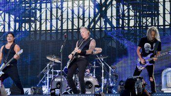 El guitarrista Robert Trujillo, el vocalista James Hetfield y el guitarrista Kirk Hammett, de la banda estadounidense Metallica, actúan en Praga durante un concierto como parte de la gira WorldWired.