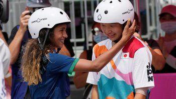 La brasileña Rayssa Leal, ganadora de la medalla de plata, felicita a la japonesa Momiji Nishiya tras su triunfo en la final del skateboarding femenino de los Juegos Olímpicos de Tokio 2020