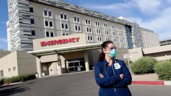 La enfermera Caroline Maloney sale del Centro Médico Scottsdale Osborn, que forma parte del sistema de salud HonorHealth, luego de concluir su turno nocturno, la mañana del viernes 26 de junio de 2020 en Scottsdale, Arizona.