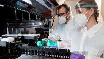 En una imagen del miércoles 22 de julio de 2020 proporcionada por C2N Diagnostics, Matthew Meyer, izquierda, científico proteómico, y Stephanie Knapik, una investigadora adjunta, trabajan en un laboratorio que analiza las muestras sanguíneas en las instalaciones de la compañía en el Centro de Tecnologías Emergentes en San Luis.