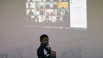Se ve a un estudiante frente a una pantalla durante una lección presencial y virtual en la Escuela Primaria Motolinia mientras el aprendizaje en persona regresa después de ser detenido en medio de la pandemia de COVID-19 en la Ciudad de México el 30 de agosto de 2021.