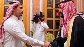 En esta foto del 23 de octubre del 2018 dada a conocer por la agencia noticiosa oficial saudí, Salah Khashoggi, izquierda, hijo del asesinado periodista Jamal Khashoggi, estrecha la mano del príncipe heredero saudí Mohammed bin Salman en Riad, Arabia Saudí.