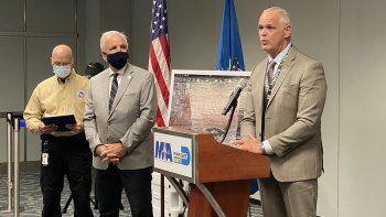 Habla Ralph Cutié, director encargado del Aeropuerto Internacional de Miami (MIA). A su lado, el congresista Carlos Giménez y el funcionario del TSA Jim Bamberger.