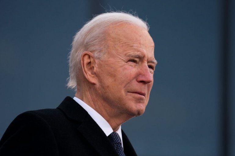 """El presidente electo Joe Biden rompe en lágrimas cuando pronuncia unas palabras en el Centro de Reserva/Guardia Nacional Mayor Joseph R. """"Beau"""" Biden III en New Castle"""