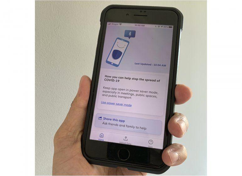 Teléfono con la aplicación TraceTogether que guarda información sobre contactos con la misma aplicación y determina si alguien estuvo cerca de un portador del coronavirus.
