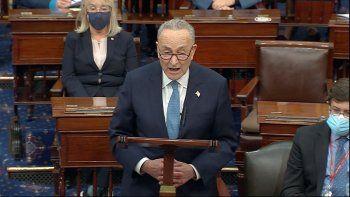 En esa imagen de video, el líder de la minoría demócrata en el Senado, Chuck Schumer, habla mientras el Senado reanuda sus trabajos después de que manifestantes irrumpieron en el Capitolio de Estados Unidos el miércoles 6 de enero de 2021.