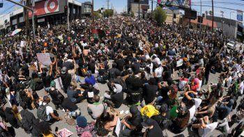 En esta imagen tomada con un gran angular, manifestantes sentados en un cruce durante una protesta por la muerte de George Floyd, un hombre negro que murió tras ser detenido por la policía en Minneapolis, el sábado 30 de mayo de 2020 en Los Ángeles.
