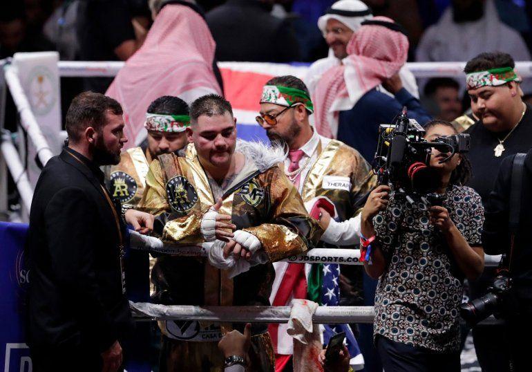 Andy Ruíz Jr.reacciona después de perder por puntos ante el británico Anthony Joshua por el Campeonato Mundial de Peso Pesado en el Diriyah Arena